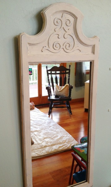 Distressing chalk paint using water, refurbishing an old mirror using old white